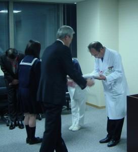坪井会長・海田高校坂本さんから、市民病院大庭院長・川島副院長へドール贈呈