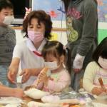 ドールに絵を描いて遊ぶ患者の子どもさんと古川県立広島病院東7病棟看護師長