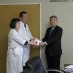 森元会長から 竹崎院長・下田小児診療部長へドール贈呈
